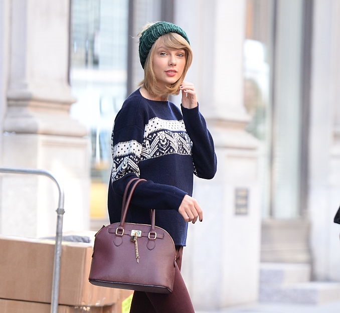 holiday-sweater-taylor-swift