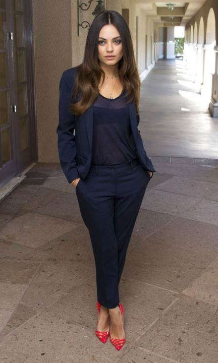 mila-kunis-all-black-outfit-colorful-red-stilettos-pumps