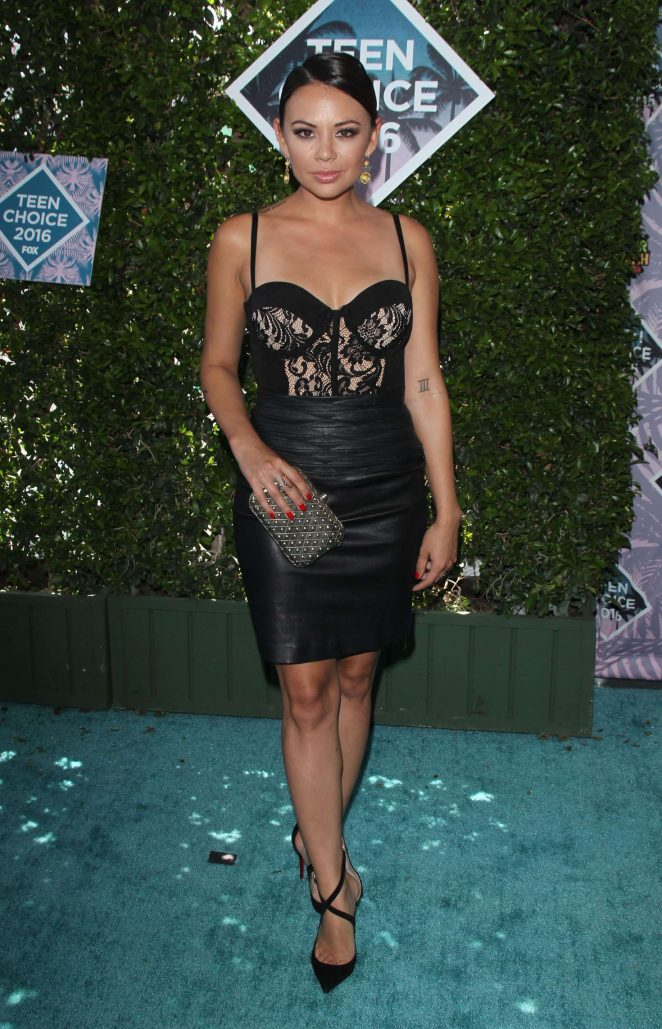 TCA-2016-Teen-Choice-Awards-Red-Carpet-Looks-My-Top-10-janel-parrish-all-black-bustier-lace-leather-skirt