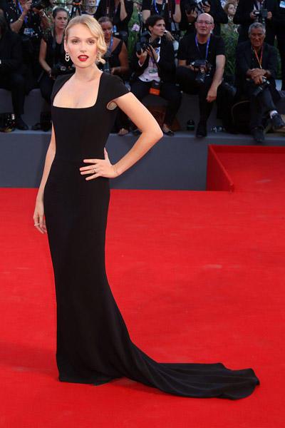 Mostra-Venise-Festival-2016-Cinema-Elle-Italy-Look-Red-Carpet-Jewels-Bijoux-Dress-Caterina-Shulha-in-Stella-McCartney-best-dressed-my-top-20
