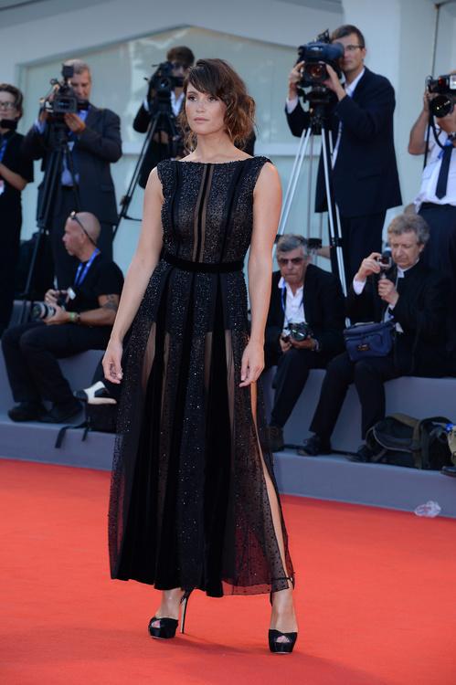 mostra-venise-festival-2016-cinema-vogue-look-red-carpet-jewels-bijoux-dress-gemma-arterton-giorgio-armani-best-dressed-my-top-20