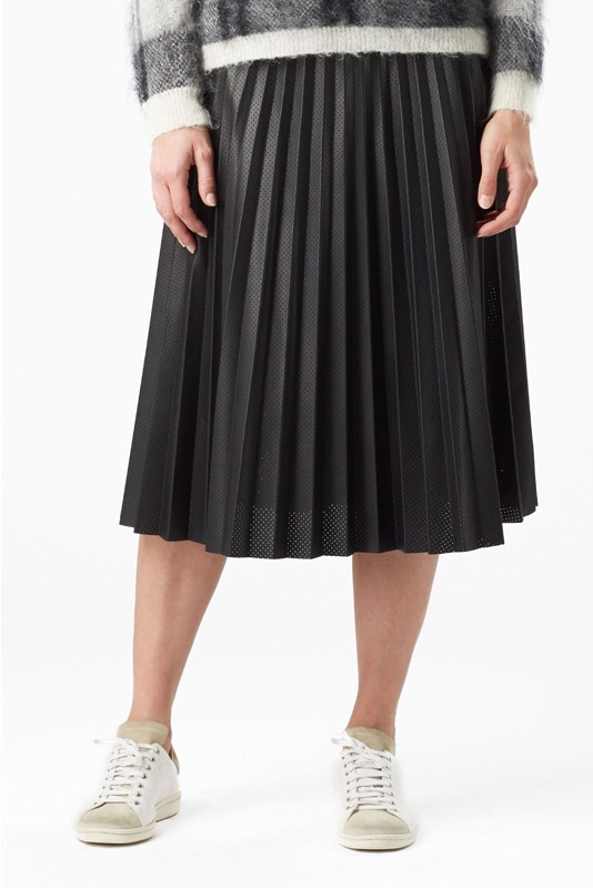 festive-season-outfit-pleated-black-skirt-gordes-holidays-christmas-new-year-eve-belgian-brand-julia-june