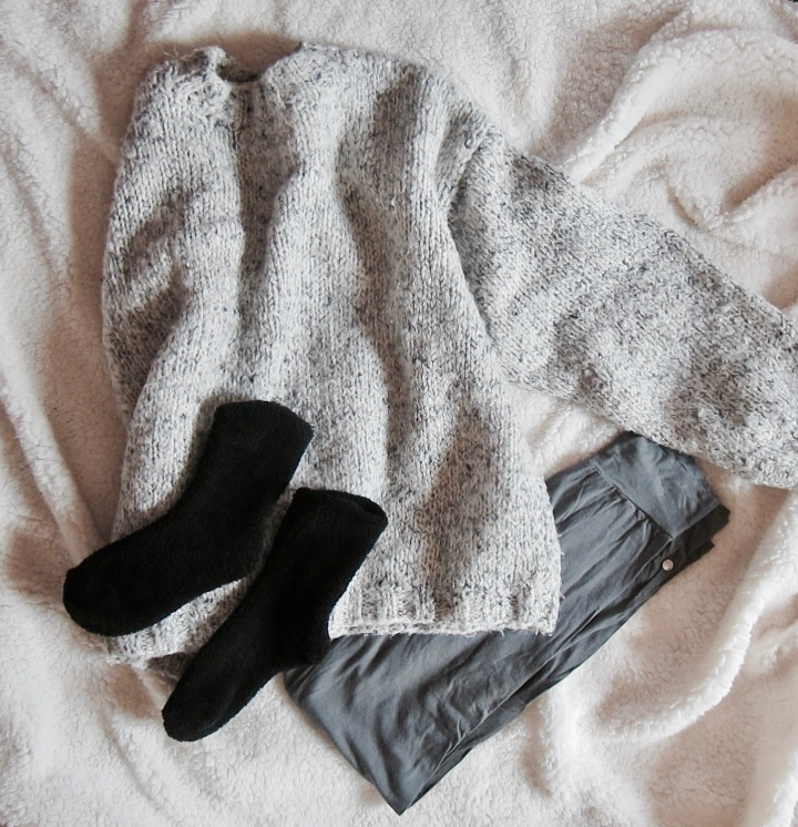 cocooning-cocoon-routine-pampering-rituals-indian-rose-pink-rose-pretty-little-liars-pll-tv-show-unwind-comfortable-comfy-outfit-relax-fashion-blog-blogger-belgian-fashionista-blogueuse-mode-belge-socks-oversized-sweater-leggings-flatlay.jpg