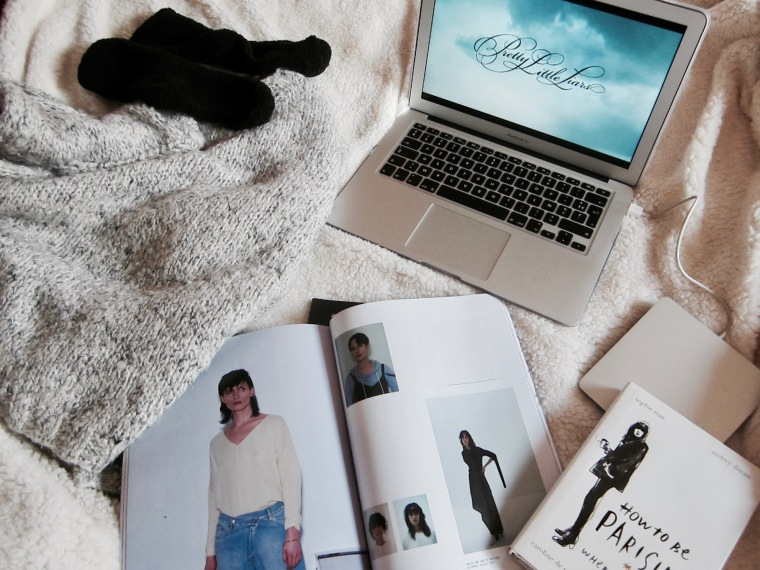 cocooning-cocoon-routine-pampering-rituals-indian-rose-pink-rose-pretty-little-liars-pll-tv-show-unwind-comfortable-comfy-outfit-relax-fashion-blog-blogger-belgian-fashionista-blogueuse-mode-belge-binge-watch-flatlay.jpg