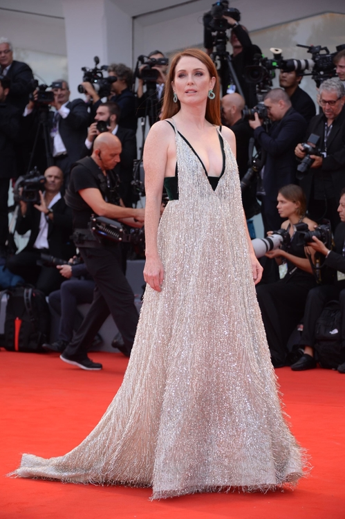 mostra-venise-venice-film-festival-red-carpet-arrivals-celebrity-style-gowns-gorgeous-dress-couture-haute-fashion-blogger-best-dressed-top-10-20-vogue-jewels-jewellery-ball-julianne-moor
