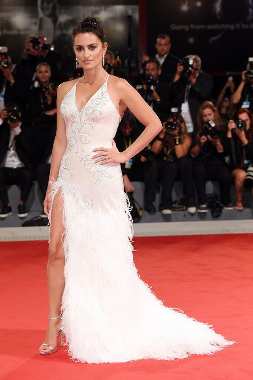 mostra-venise-venice-film-festival-red-carpet-arrivals-celebrity-style-gowns-gorgeous-dress-couture-haute-fashion-blogger-best-dressed-top-10-20-vogue-penelope-cruz-atelier-versace-white