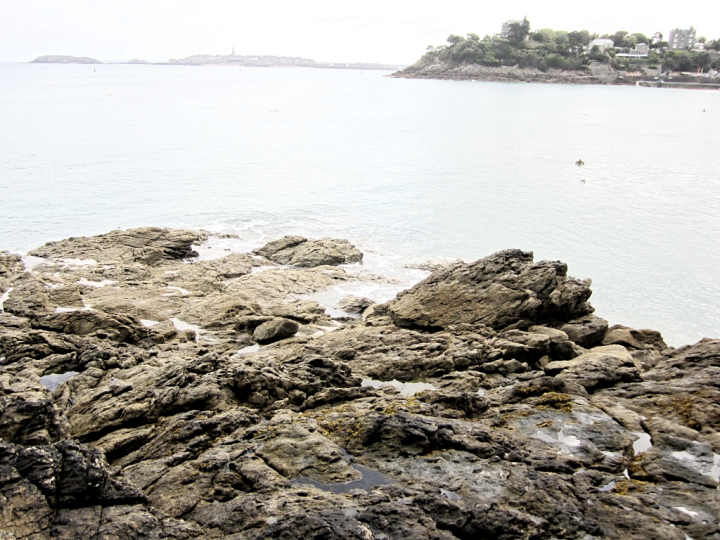 france-bretagne-brittany-beach-dinard-travel-blogger-fashion-belgian-photo-diary-rocks-rochers.png