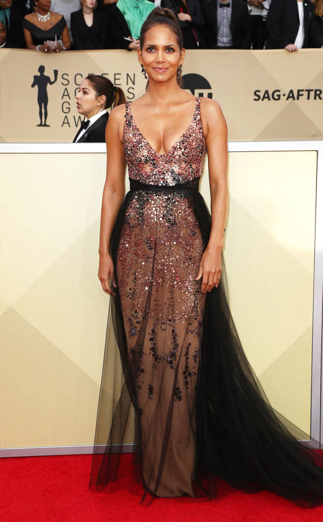 sag-awards-2018-red-carpet-fashion-blogger-celebrity-gowns-haute-couture-gorgeous-actresses-talented-hollywood-halle-berry-pamella-roland.jpg