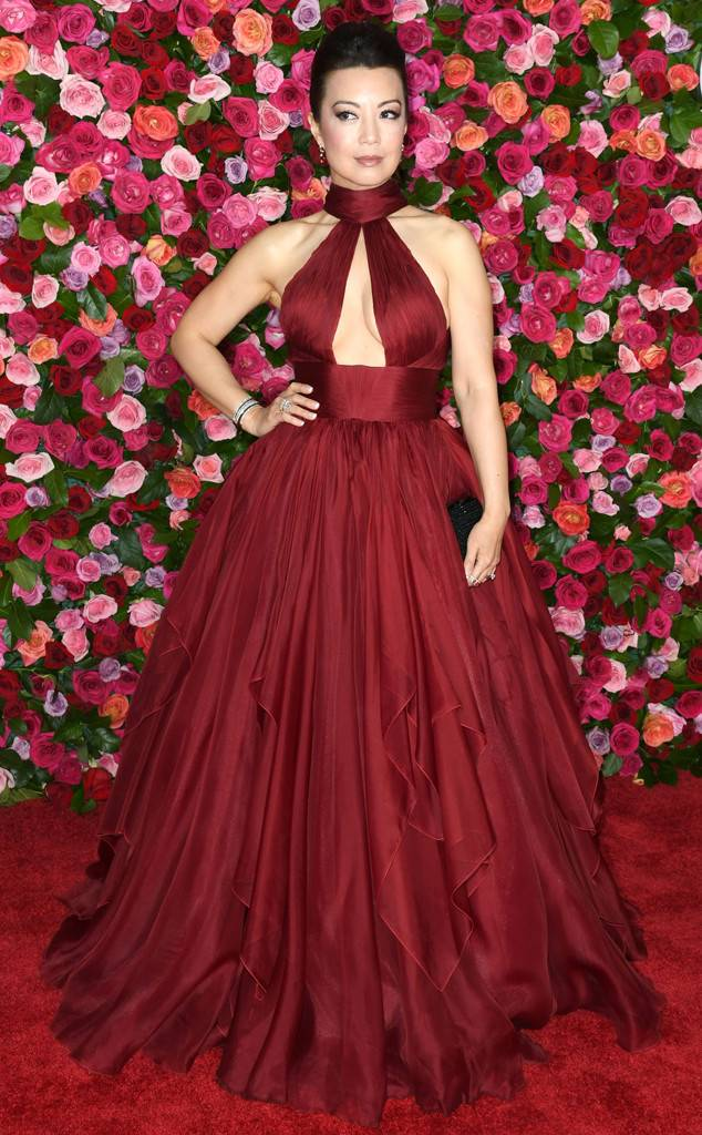 tony-awards-2018-red-carpet-arrivals-fashion-blogger-webzine-blogzine-celebrity-style-actrors-theater-live-eonline-ming-na-wen-ballgown-red-tadashi-shoji-clutch.jpg
