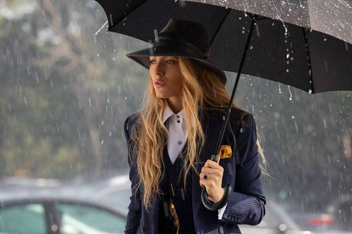 a-simple-favor-movie-blake-lively-anna-kendrick-power-suits-style-fashion-sense-menswear-masculin-feminin-blue-stripes-umbrella-instyle.jpg