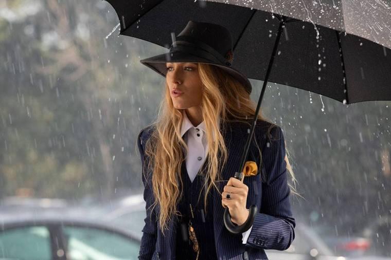 a-simple-favor-movie-blake-lively-anna-kendrick-power-suits-style-fashion-sense-menswear-masculin-feminin-blue-stripes-umbrella-instyle.jpg